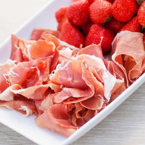 Taga serranoskinke med jordbær