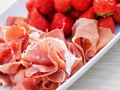 Jordbær og serranoskinke