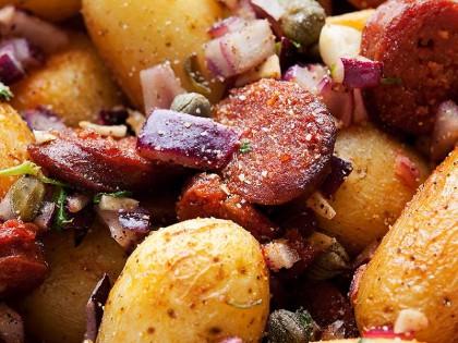 Chorizo med poteter, hvitløk og kapers
