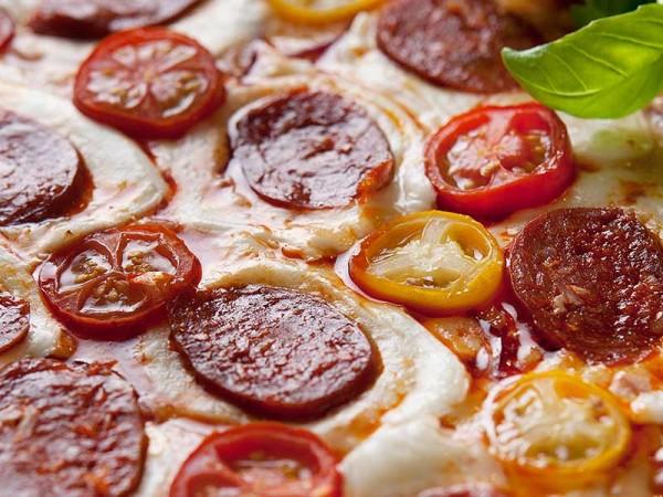 Pizza med chorizo og fersk mozzarella