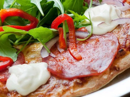 Pizza med chorizo, rucculasalat og crème fraîche