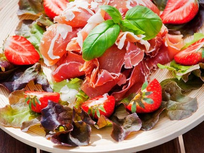 Serranoskinke med sommersalat og friske jordbær