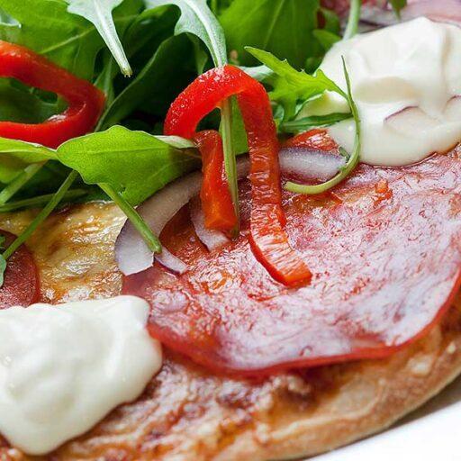pizza-med-rucculasalat-og-creme-fraicheTaga__dsc1169
